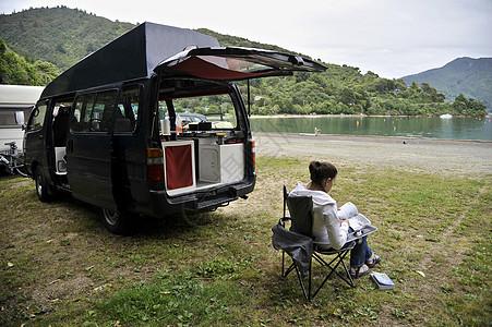 坐在露营车旁的妇女新西兰图片