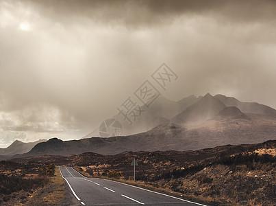 赫布里底群岛斯凯岛的乡村道路和风暴云图片