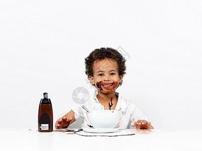 男孩裹着巧克力酱图片