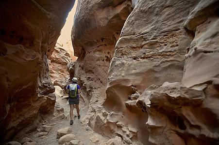 探索小野马和贝尔峡谷环线的徒步旅行者图片