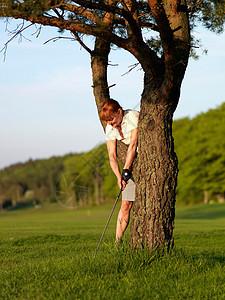 女子打高尔夫球图片