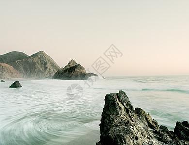美国加利福尼亚州大苏尔海潮和岩层视图图片