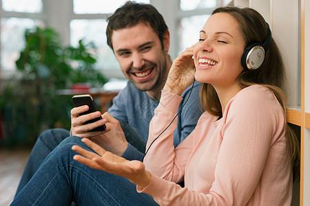年轻夫妇笑着图片