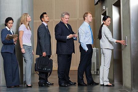 排队等候电梯的商人图片