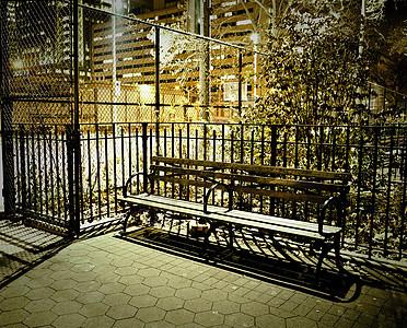 美国纽约布鲁克林晚上的空长椅图片