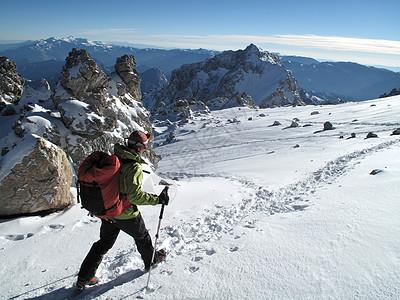 阿根廷门多萨省安第斯山脉的阿空加瓜岛上爬山的女人图片