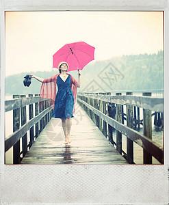 站在码头上带着红色雨伞的女人图片