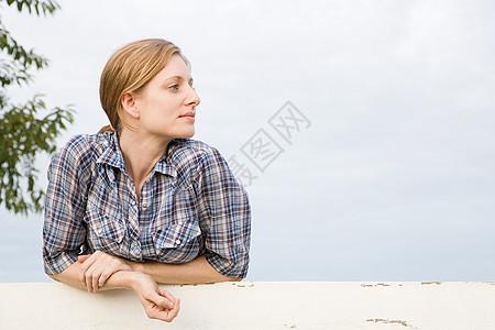 在围场里的中年妇女,看着远处图片