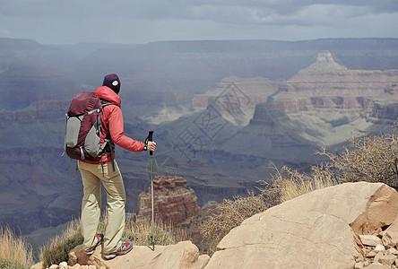 美国亚利桑那州弗拉格斯塔夫观看大峡谷的女徒步旅行者图片