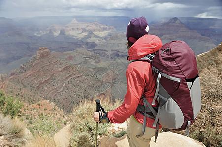 美国亚利桑那州弗拉格斯塔夫大峡谷的女徒步旅行者图片