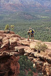 从美国亚利桑那州塞多纳拱形岩石组徒步旅行夫妇图片