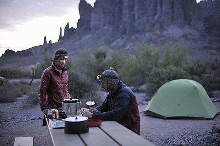 美国亚利桑那州阿帕奇路口背包情侣露营图片