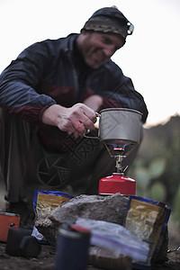 背包客在美国亚利桑那州迷信山的野营炉上准备食物图片