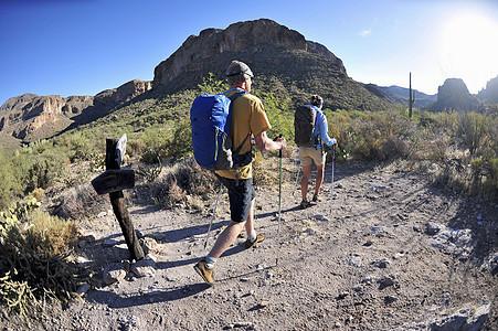 在美国亚利桑那州迷信山徒步旅行的背包情侣图片