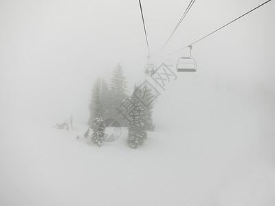 美国加利福尼亚州雾天滑雪缆车图片