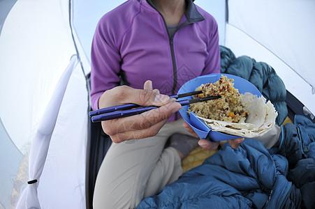 女人在帐篷里吃东西图片