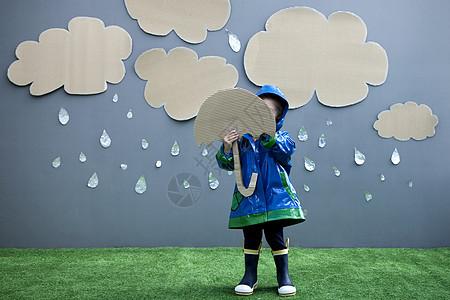 带雨伞和雨衣的女婴图片