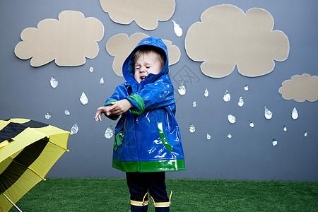 带雨衣的女婴图片