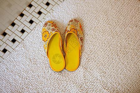 地毯上的一双黄色拖鞋图片