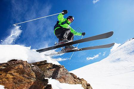 男子滑雪者在山上飞驰而下图片