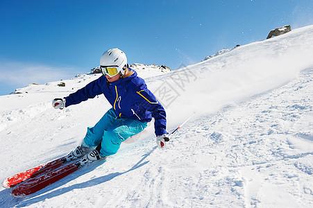 滑雪者下坡图片