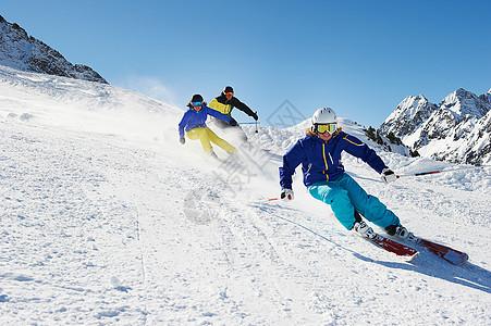 三个滑雪者下山图片