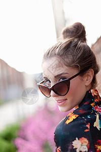 女人带着太阳眼镜回头看图片