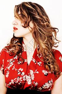 一位年轻女子摇头发的画像图片