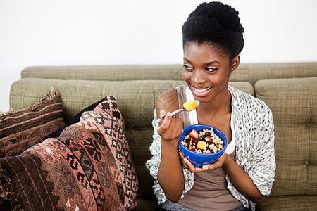 年轻女子吃健康早餐图片