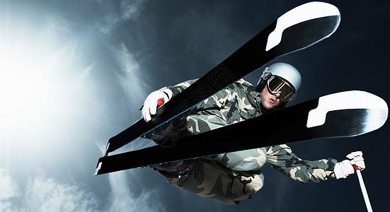 滑雪者低角度跳跃图片