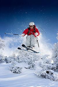 滑雪者朝摄像机跳去图片