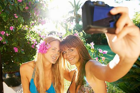 女孩们互相拍照图片