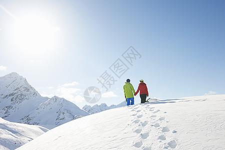 在奥地利库赫泰雪地里散步的夫妇图片
