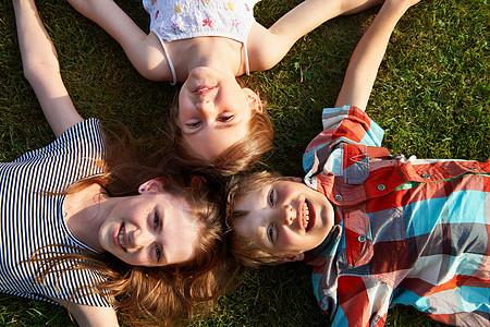 孩子们一起躺在草地上图片