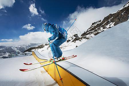 男滑雪者站在斜坡上准备出发图片