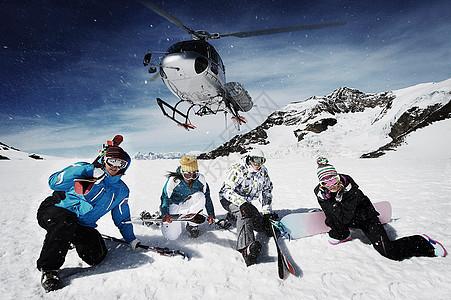 救援直升机与滑雪者图片
