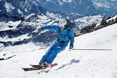 男性滑雪者加速下山图片