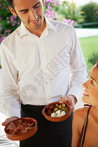 服务员在桌子上给女孩端食物图片