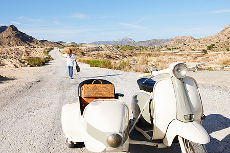 离开摩托车的女人图片
