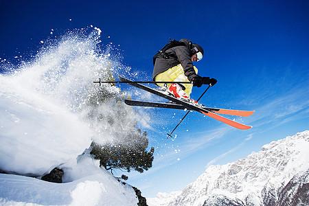男子滑雪运动员在山上半空图片