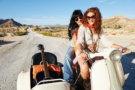 骑摩托车和边车的女人图片