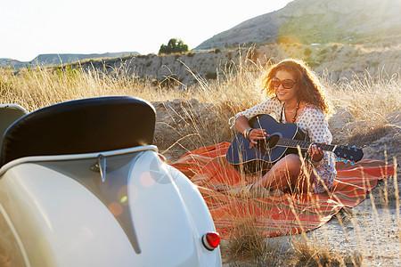 弹吉他的女人图片