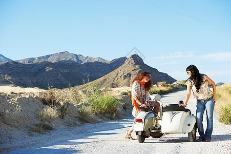 坐在摩托车和边车上的女人图片