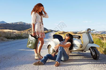 两个在路边休息的妇女图片