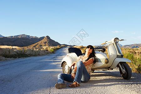 靠在摩托车和边车上的女人图片