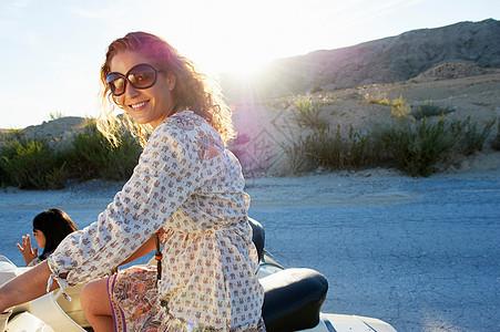 坐在摩托车上的女人图片