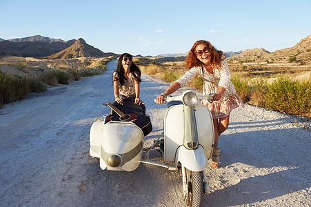 推摩托车和边车的女人图片