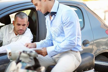 骑着摩托车的男士与专车司机沟通图片