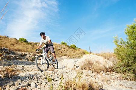骑山地自行车图片