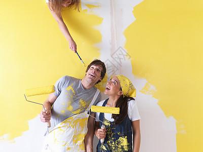 一对夫妇涂油漆图片
